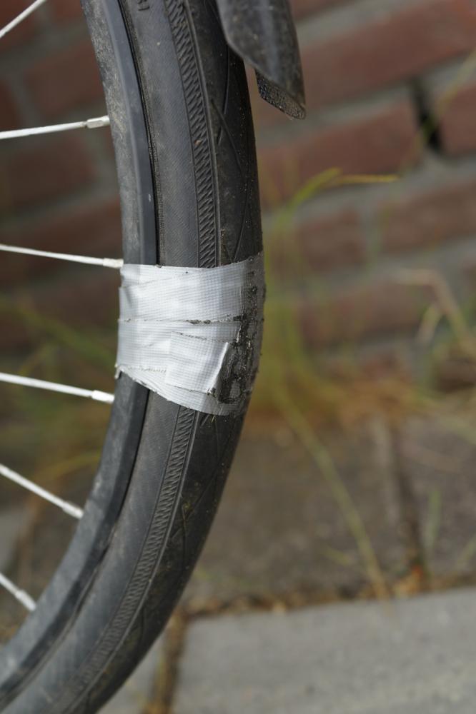 Duct tape op versleten fietsband.